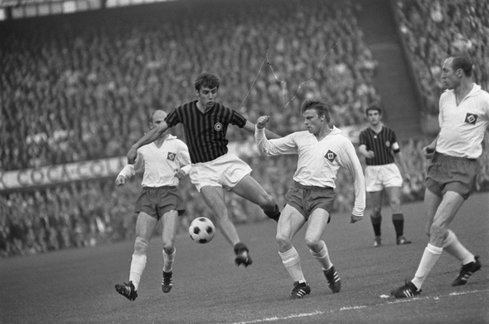 Pierino Prati bursts through the Hamburger SV defence in the 1968 European Cup – Fotocollectie Algemeen Nederlands Fotopersbureau European Cup