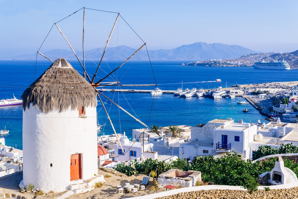 The lucky applicant will take his friend to a trip through Athens, Santorini, Mykonos, and Crete — Shutterstock This agency will pay any Instagrammer over $600 for making pictures in Greece