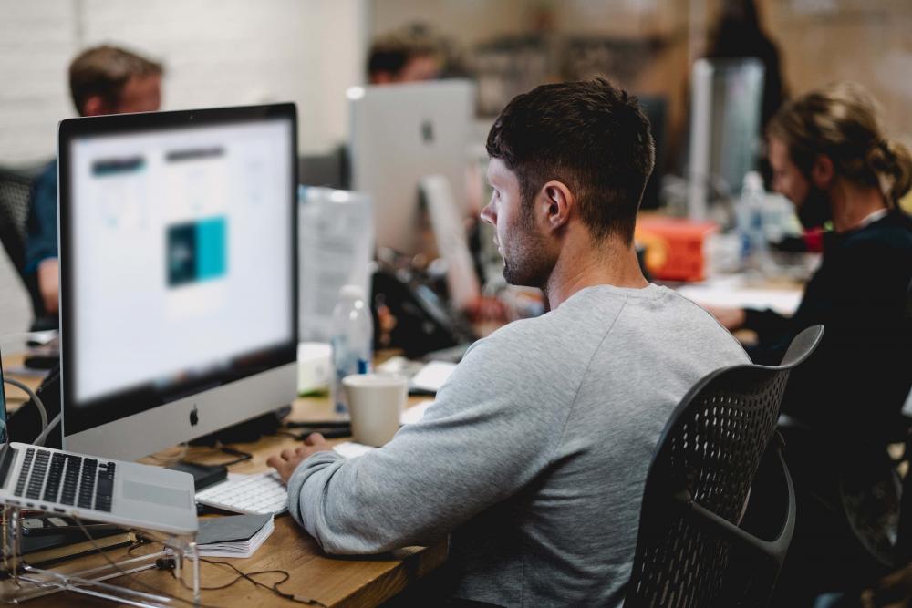 V dnešní době Kiwi.com zaměstnává přes 600 IT developerů a denní průměr vyhledávaných spojení na našich stránkách dosahuje 100 milionů